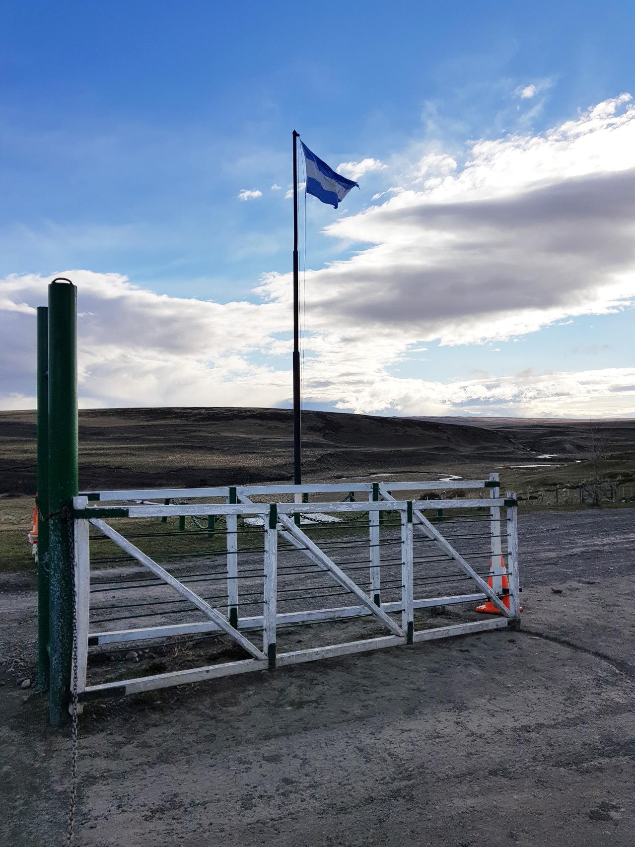 Wir mussten sehr früh am Morgen aus den Federn, eine lange Busreise stand bevor. Wir waren gespannt auf die argentinische Landschaft...