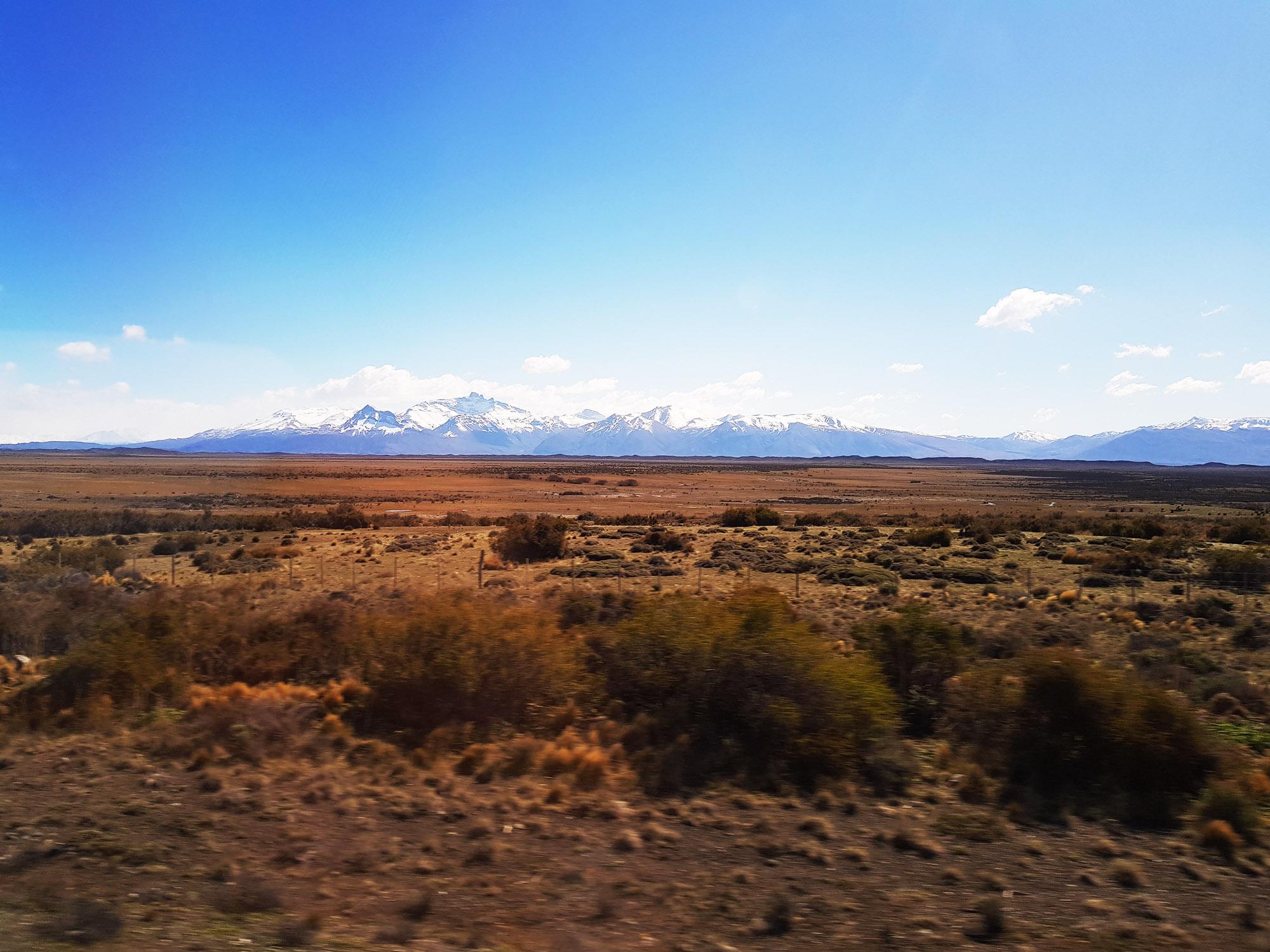 13 Uhr: Pampa, die Berge kommen näher
