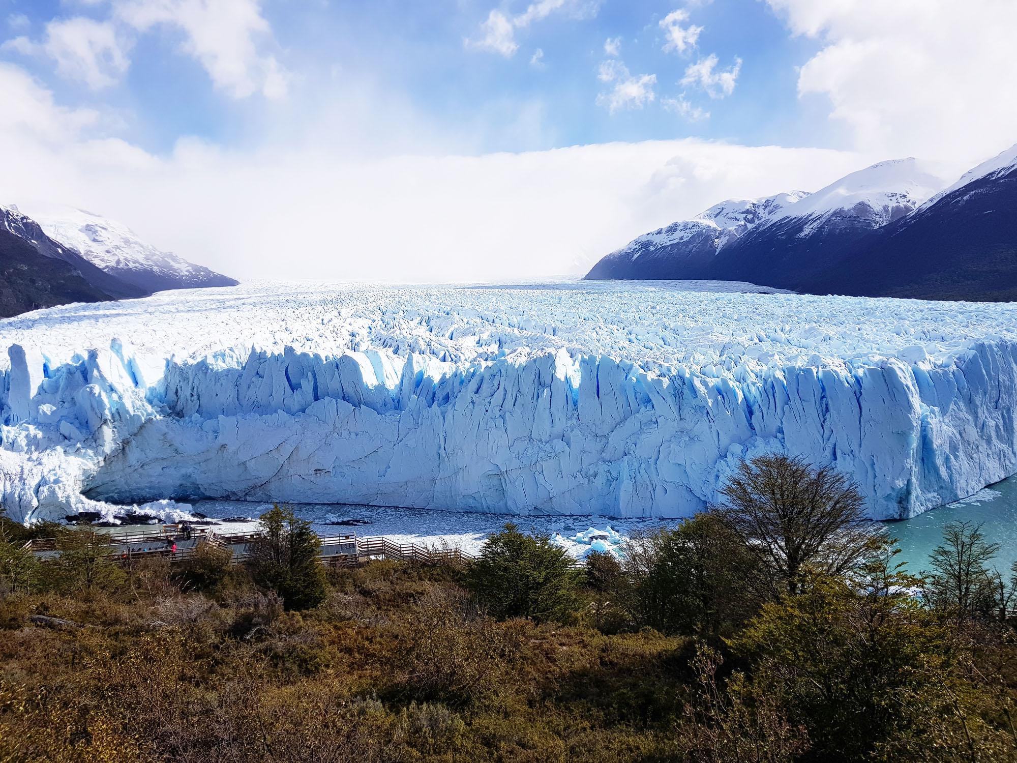 Also machen wir uns auch auf den Fußweg und können den Gletscher von oben bestaunen