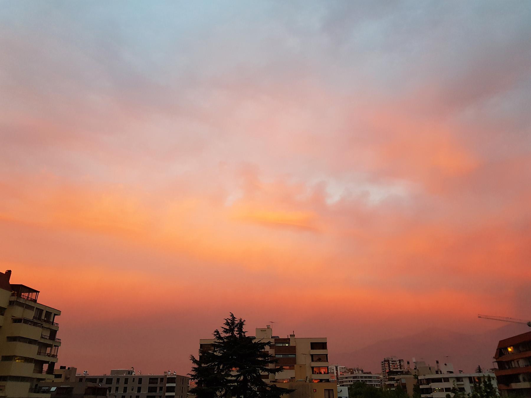 Sonnenuntergang, 20 Uhr Ortszeit. Blick vom Balkon