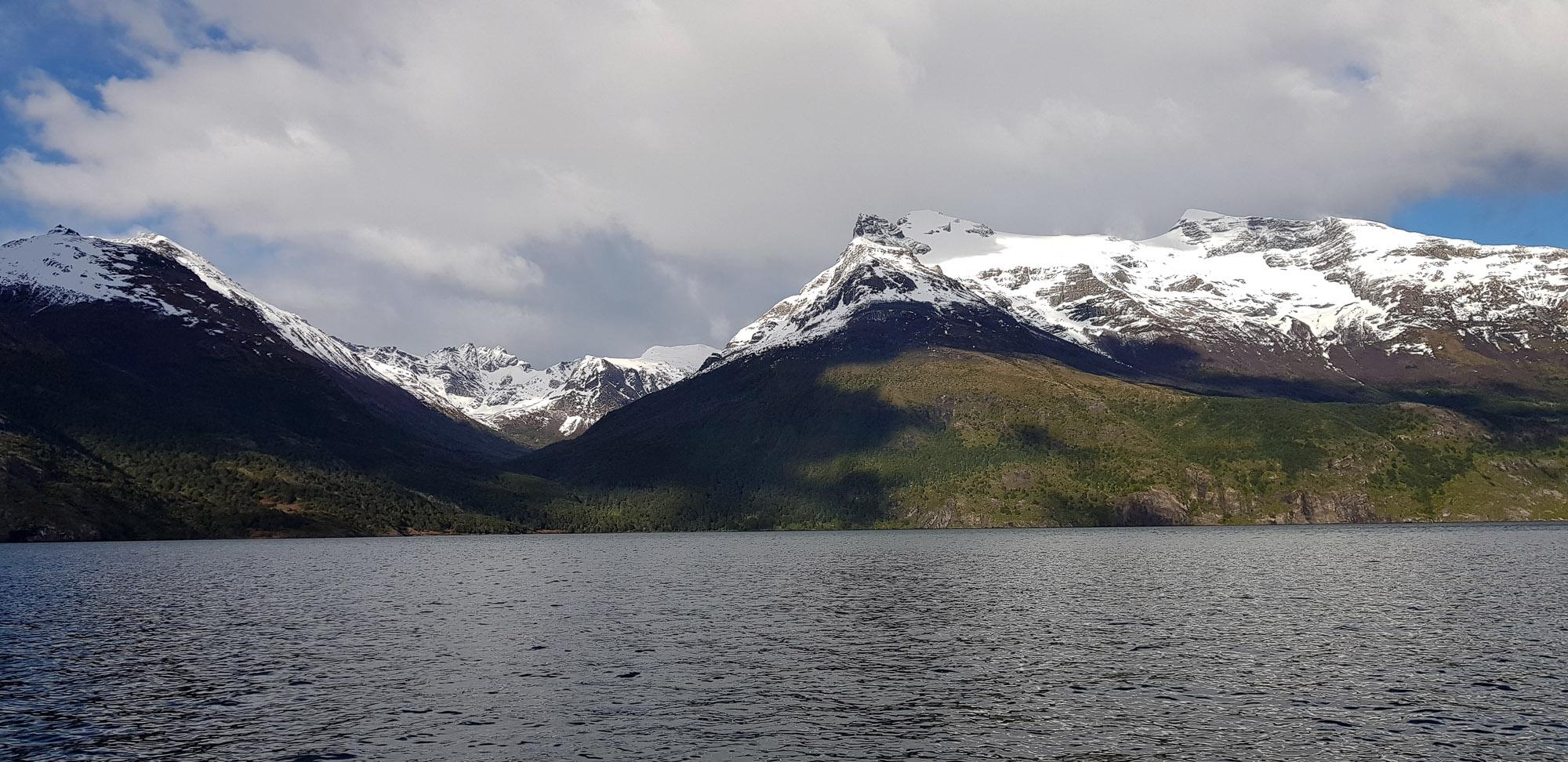 """Mit dem Katamaran von Puerto Natales durch den """"Fjord der letzten Hoffnung' (Fjordo de Ultima Esperanza) zu den berühmten Gletschern Balmaceda und Serrano"""