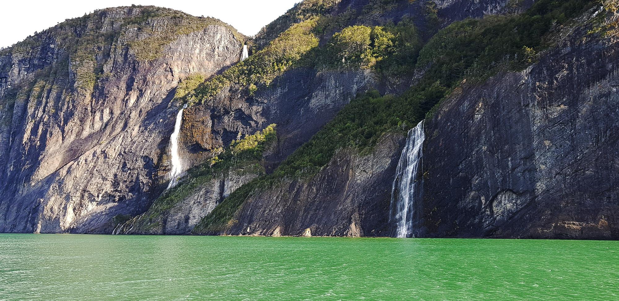 """Wasserfälle entlang der Strecke auf dem """"Fjord der letzten Hoffnung"""". In Felsspalten konnten wir auch Seelöwen sichten"""