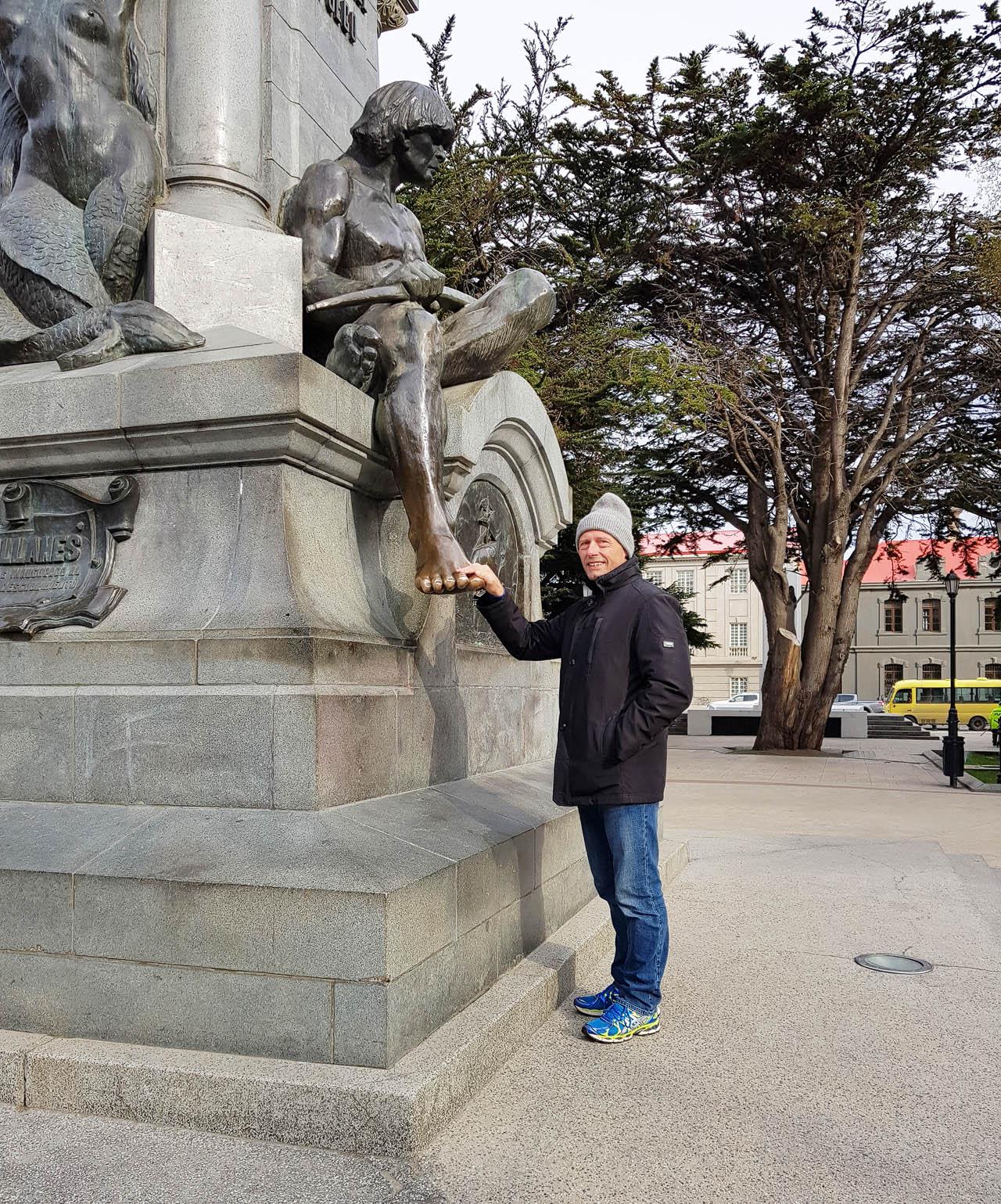 Magellan-Denkmal in Punta Arenas: Den Fuß berühren bedeutet dass man wiederkommt ;-)