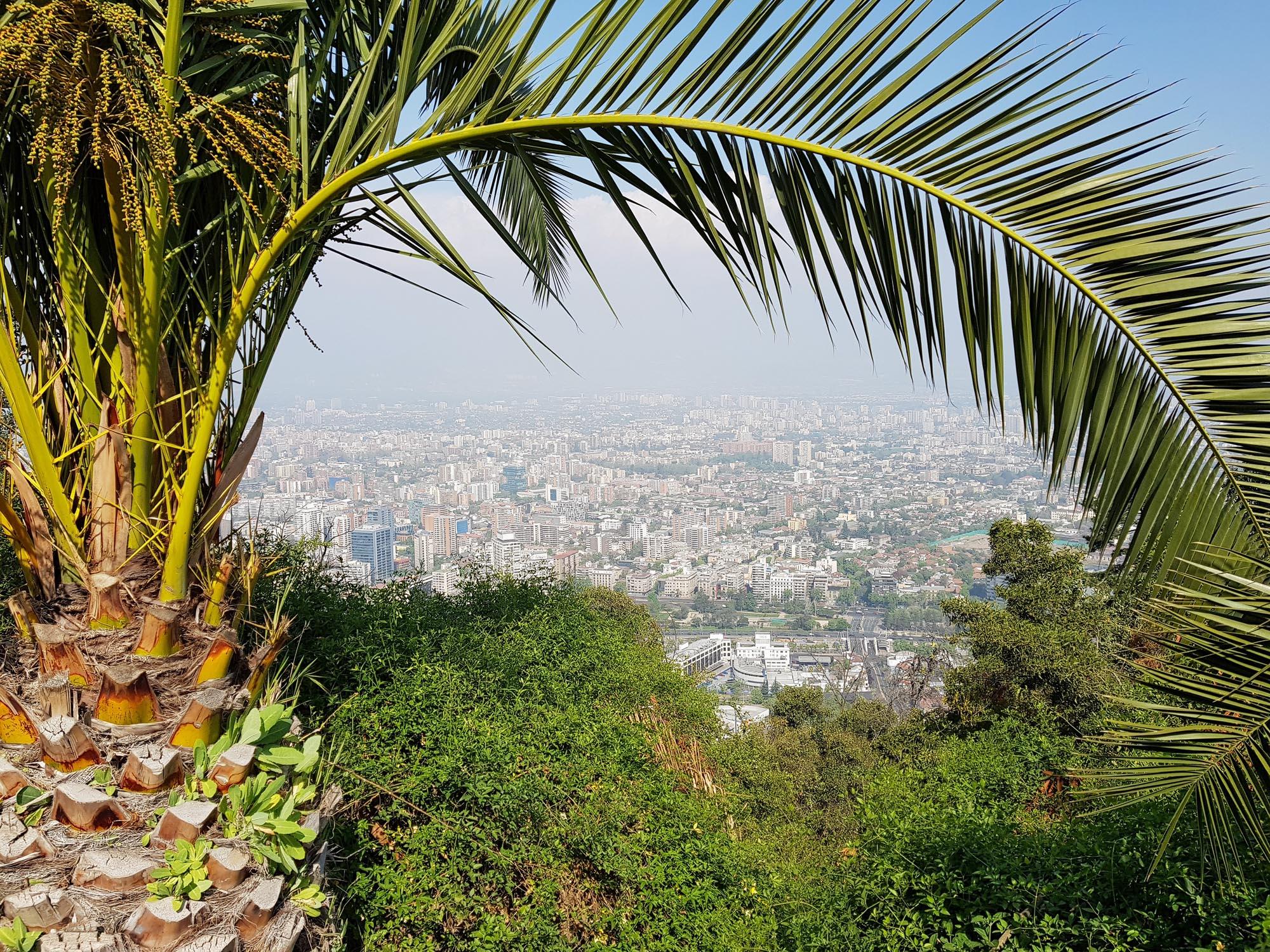 Blick vom Cerro San Cristobal, dem dominierenden Hügel im Stadtteil Bellavista von Santiago de Chile (880m)