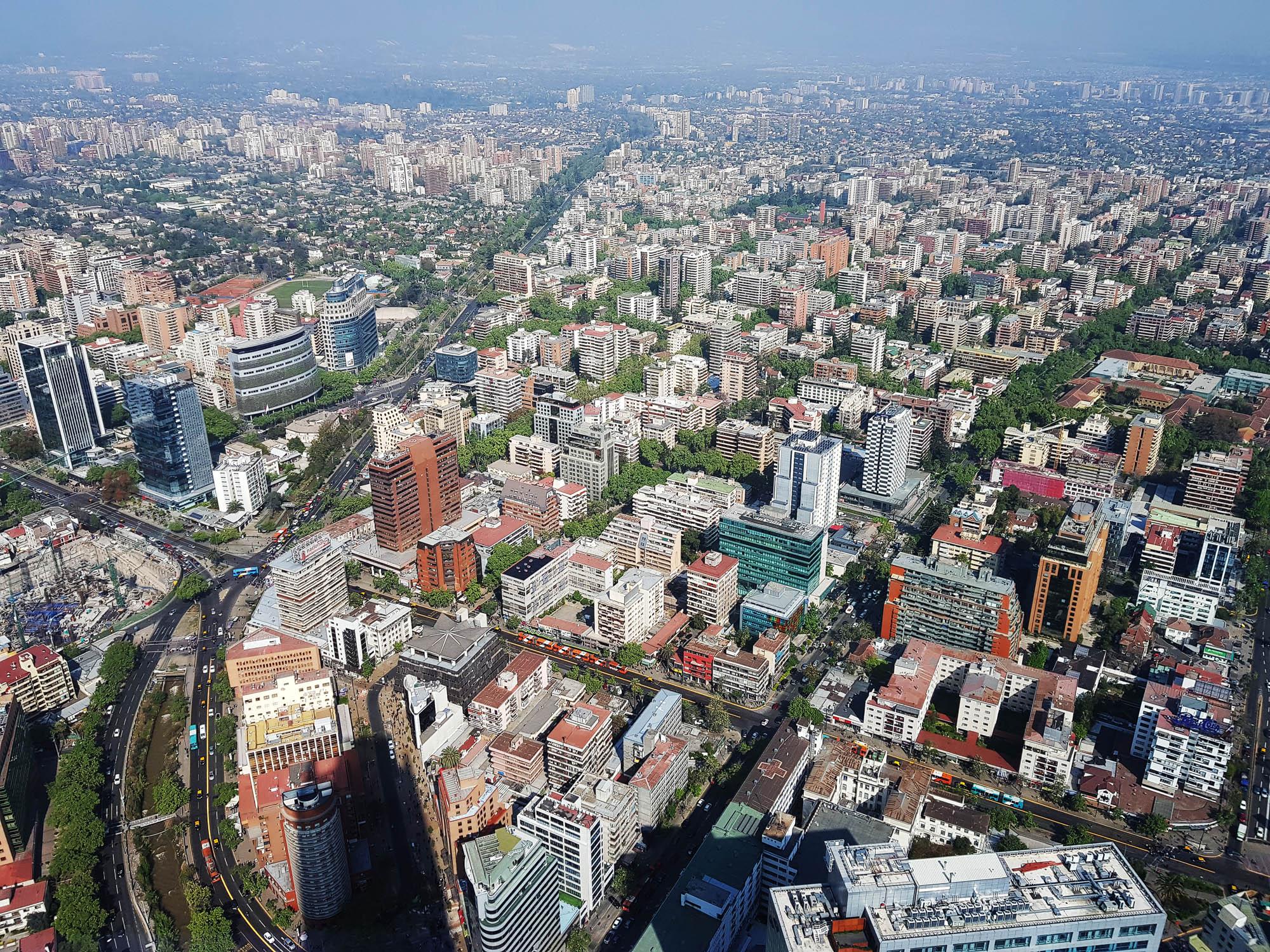 Santiago: Blick auf die Millionenmetropole vom Costaneiratower, dem höchsten Gebäude in Südamerika (300m)