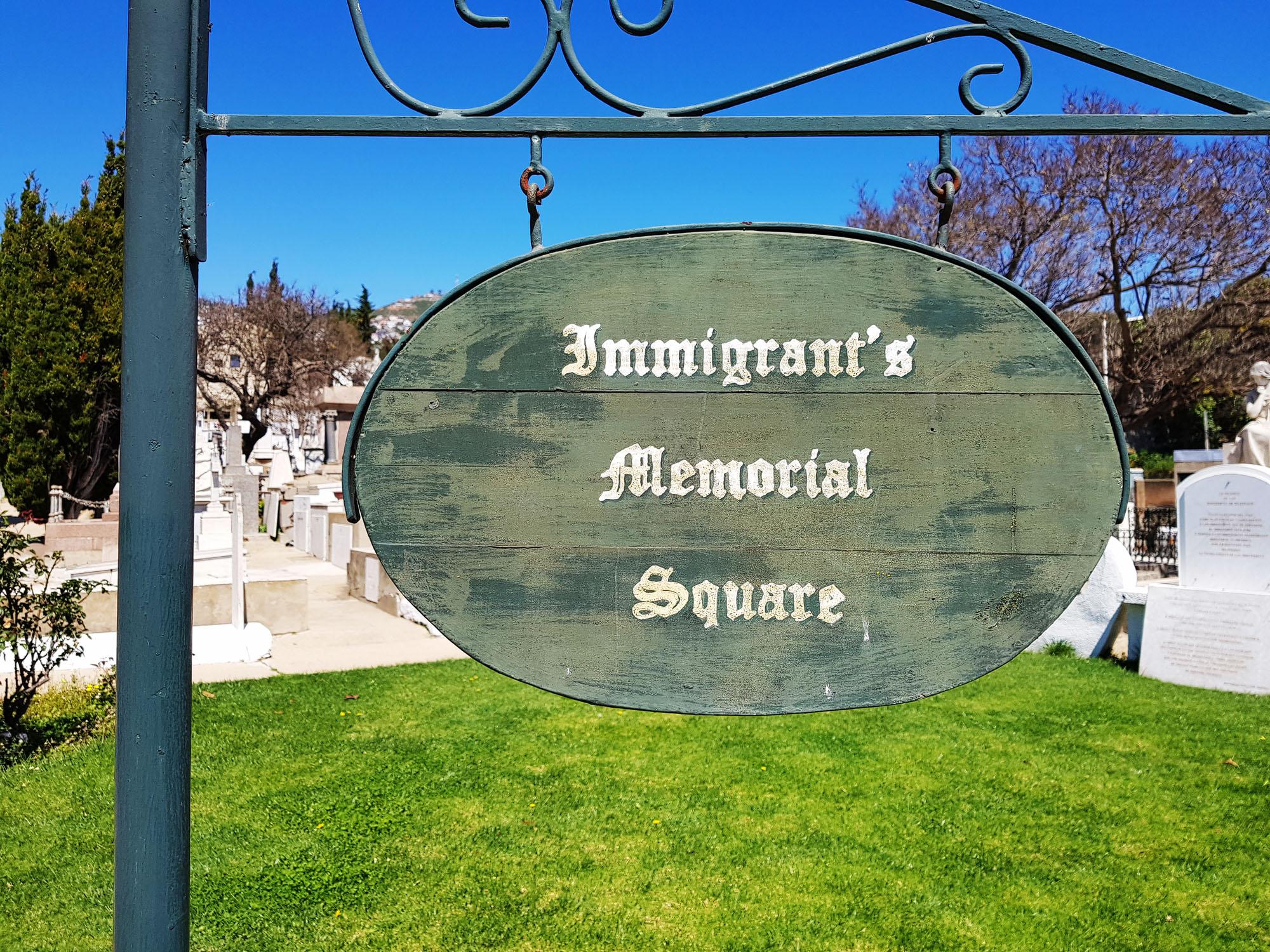 Gedenkstein und -platz für die Immigranten am Dissidentenfriedhof in Valparaiso