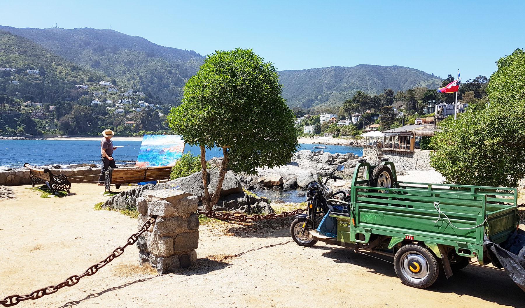 Maler in der malerischen Bucht von Zapallar
