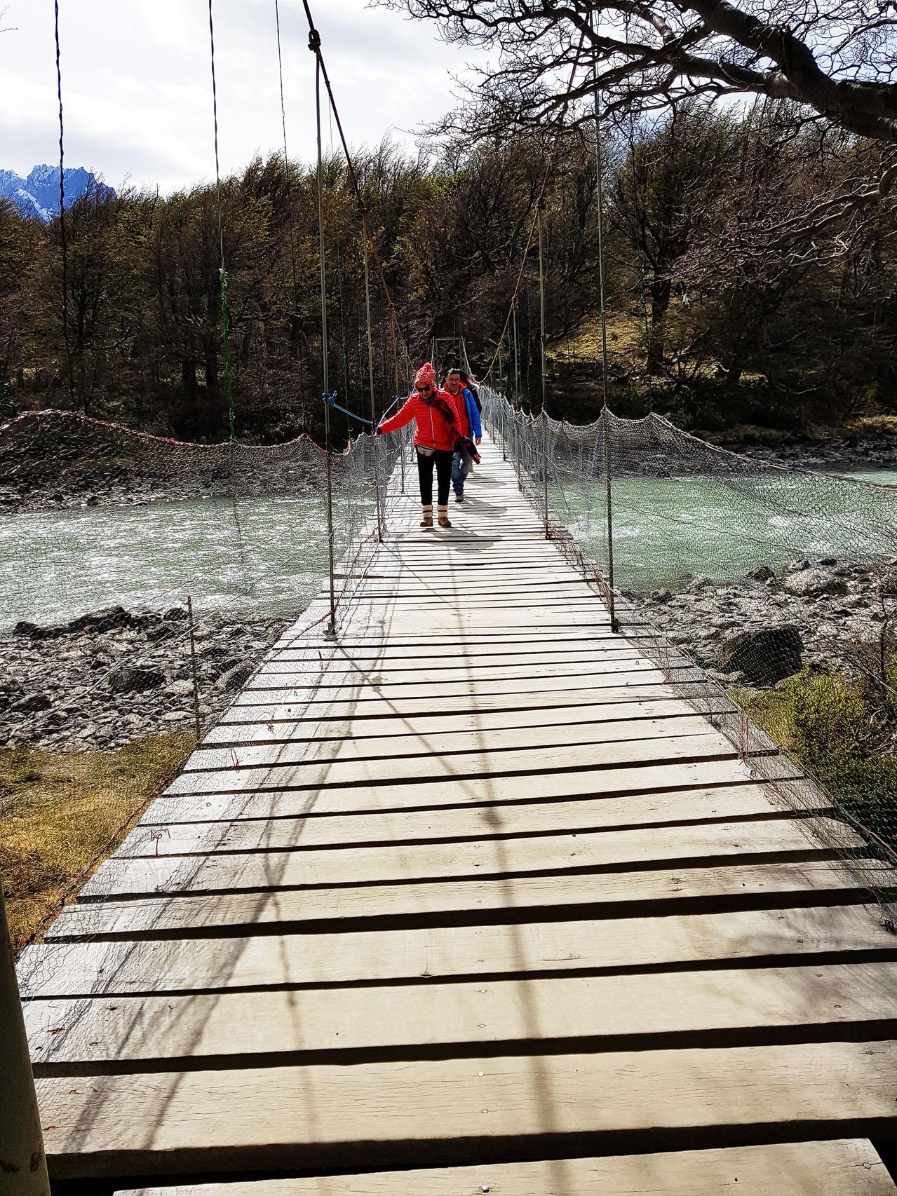 Dorrit überquerte mit ihren 90 Jahren mutig die Hängebrücke, während mir die Knie schlotterten