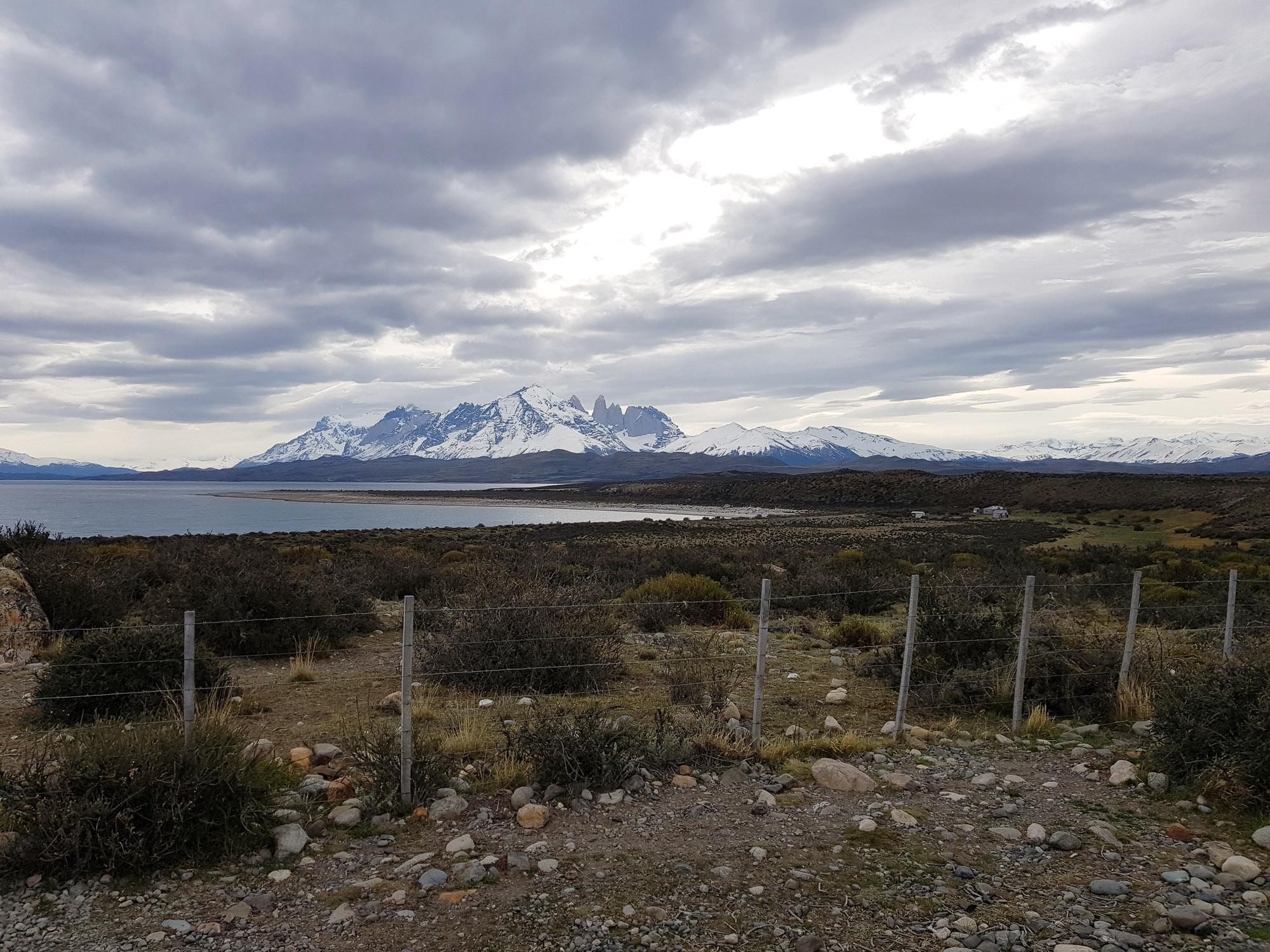 """Und endlich, auf der Busfahrt zurück aus dem Nationalpark, tauchen sie auf, die """"Torres del Paine"""", die """"Türme des blauen Himmels"""""""